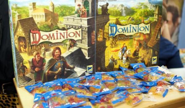 Dominion - Intrigue, la nouvelle version et la version de base toutes 2 remaniées graphiquement... notez la complémentarité des designs...
